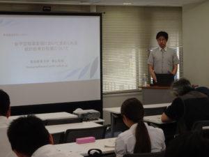 講義する青山准教授