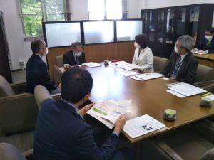 竹村学部長(写真中央左)と意見を交わされる中條副知事(写真中央右)